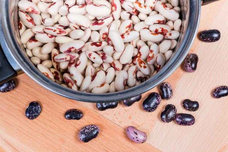 被浸泡的有斑点的扁豆顶视图在烹调罐的 免版税图库摄影