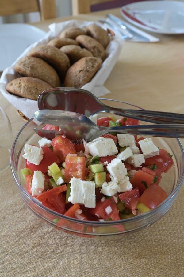 被混合的烤希腊样式菜用在蔬菜沙拉的希腊白软干酪供食用面包 r 快餐的新鲜蔬菜 免版税库存图片