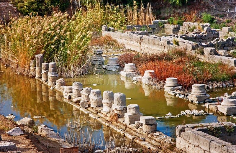 被淹没的专栏在古老Lycian市Xanthos,土耳其附近的Letoon 库存照片