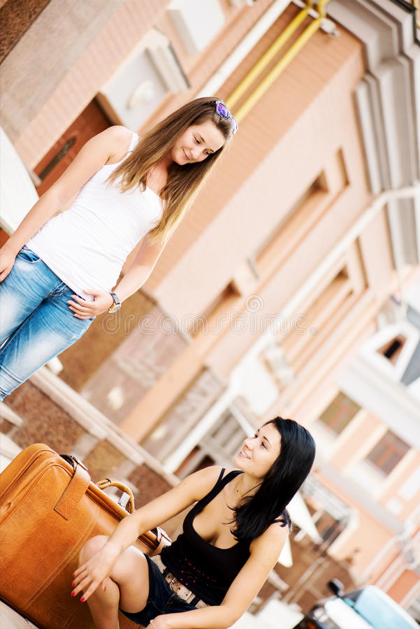 被渔的两个女朋友旅行 库存图片