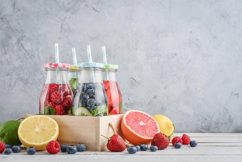 被灌输的水用新鲜水果 免版税图库摄影