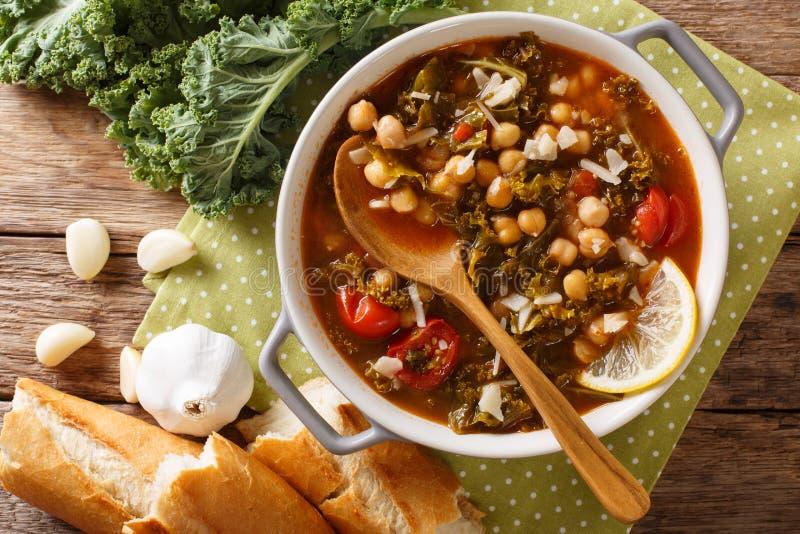 被炖的无头甘蓝圆白菜用鸡豆和菜特写镜头 Hori 库存图片