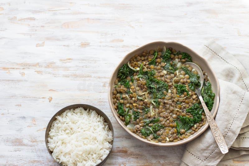被炖的无头甘蓝扁豆用葱和大蒜在轻的背景 库存照片