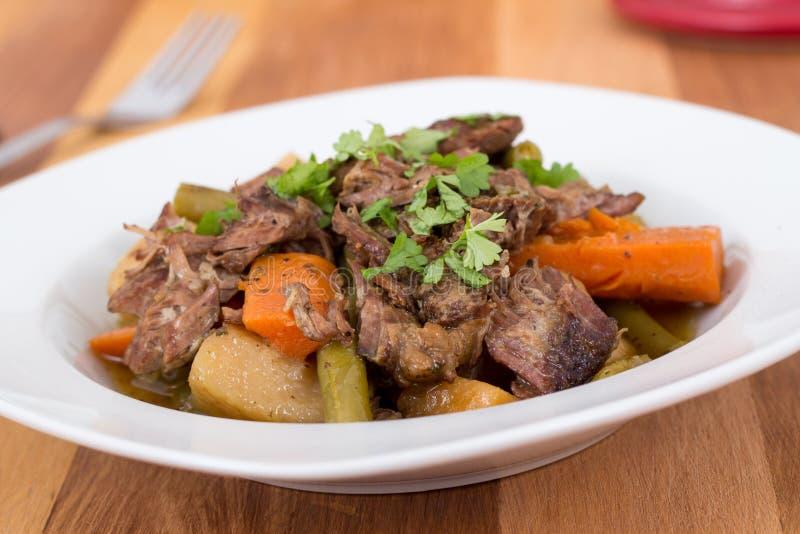 被炖的牛肉闷肉炖煮的食物 库存图片