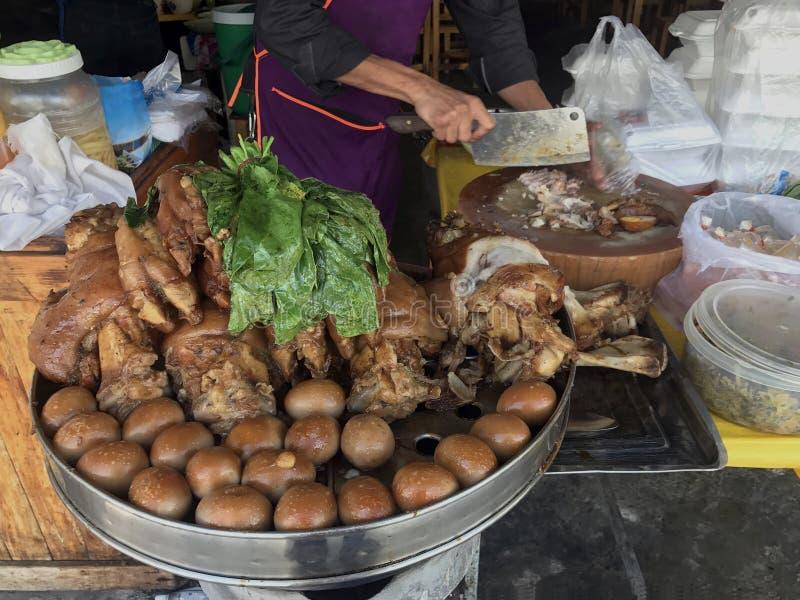 被炖的猪肉腿在米商店、鸡蛋和猪肉在甜棕色沙司,煮熟的被炖的猪肉腿温暖了,鸡蛋和猪肉在甜棕色沙司 库存照片