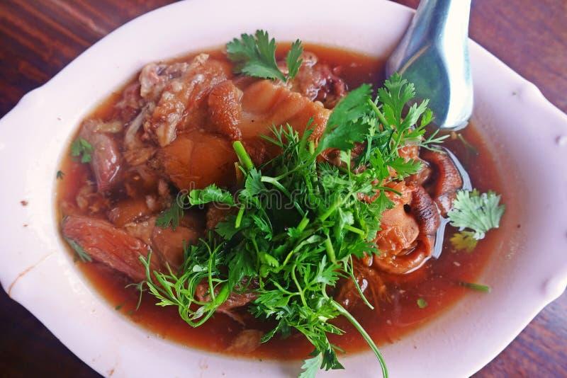 被炖的猪肉腿,普遍的食物菜单在亚洲 免版税库存照片