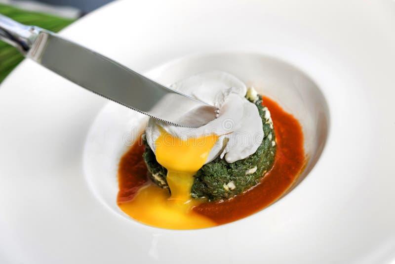 被炖的荨麻用黄油、乳酪和荷包蛋 免版税库存照片