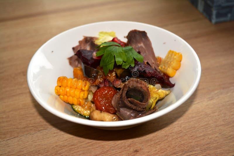 Download 被炖的菜沙拉 库存图片. 图片 包括有 蔬菜, 食物, 温暖, 沙拉, 正餐, 玉米, 午餐, 牌照, 查出 - 72360415