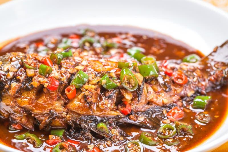 被炖的鲤鱼用辣椒和大蒜 免版税库存照片