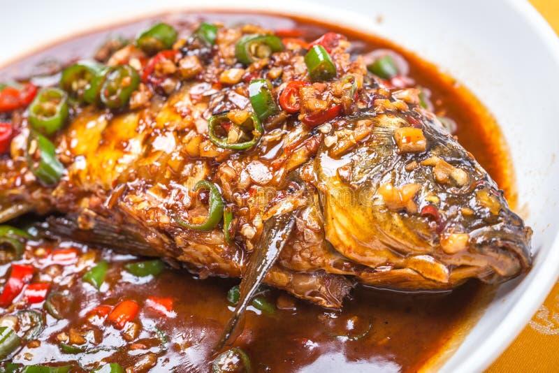 被炖的鲤鱼用辣椒和大蒜 免版税图库摄影