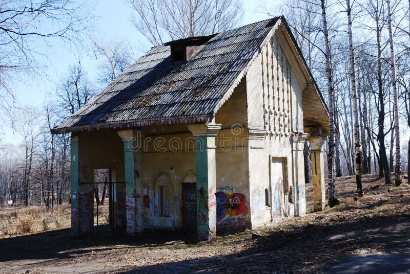 被炸开的房子 免版税库存照片