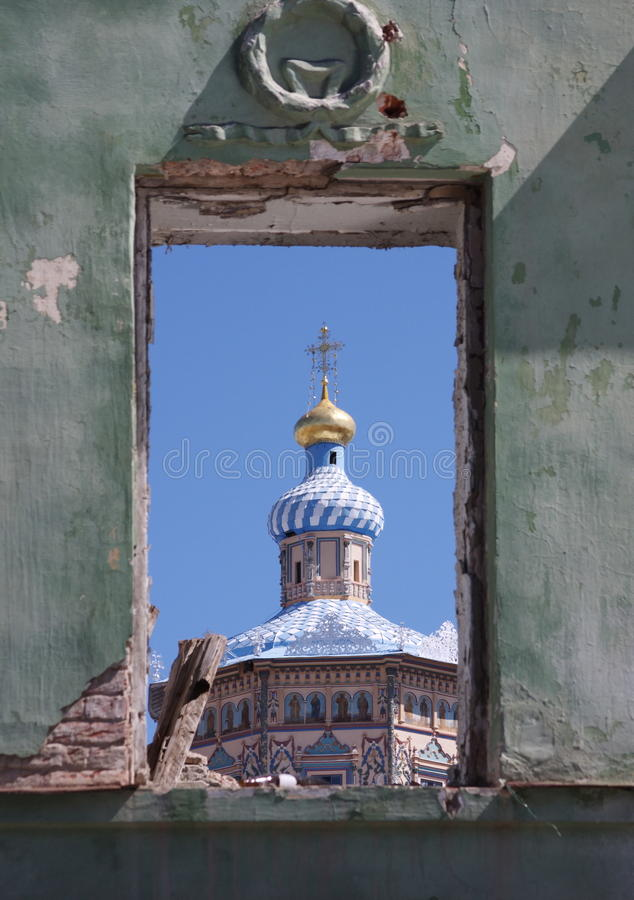 被炸开的编译的寺庙视窗 免版税库存图片