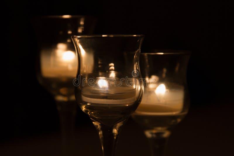 被点燃和发光在黑暗的三个蜡烛;关闭 库存图片