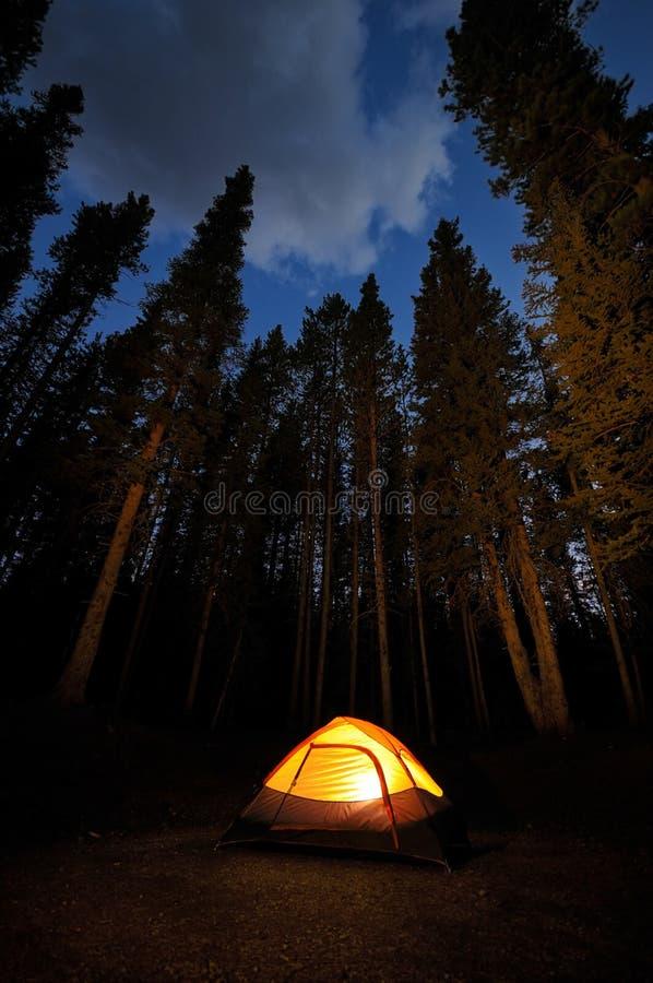 被点燃的帐篷 库存照片