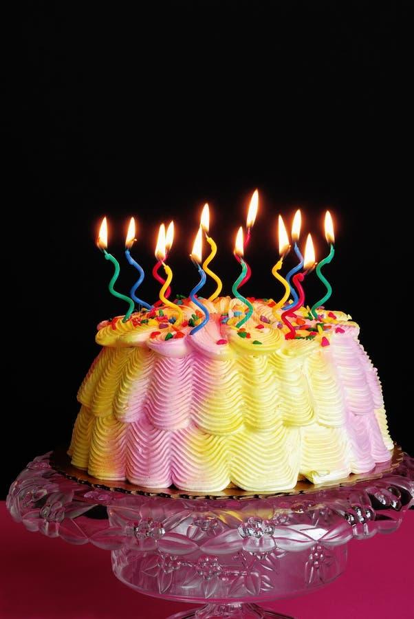 被点燃的生日蛋糕 免版税图库摄影