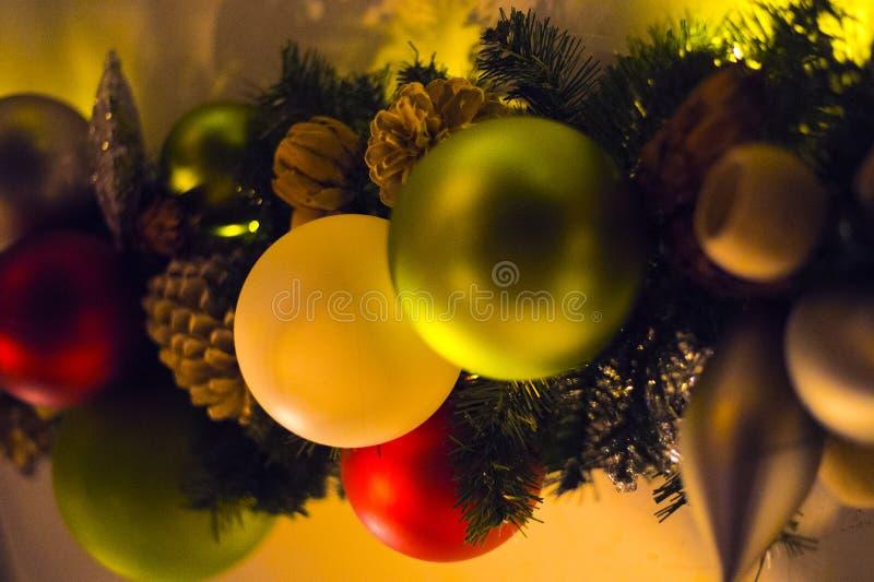 被点燃的背景电灯泡色的装饰诗歌选节假日光 免版税库存照片