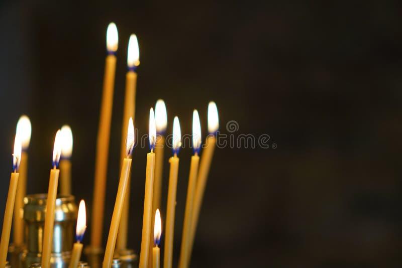 被点燃的蜡烛在一个教会里在希腊 免版税图库摄影