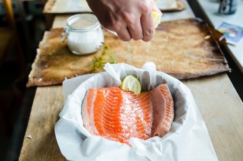 被烘烤的三文鱼准备 免版税库存图片