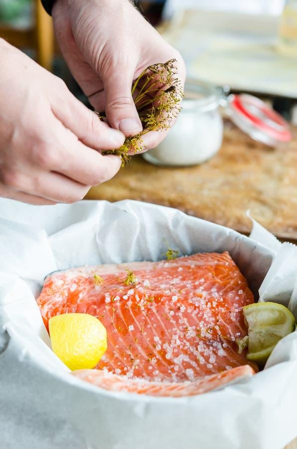 被烘烤的三文鱼准备 库存照片