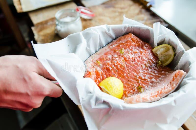 被烘烤的三文鱼准备 免版税图库摄影