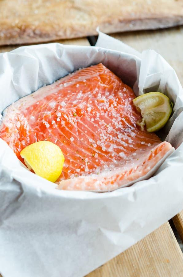 被烘烤的三文鱼准备 库存图片