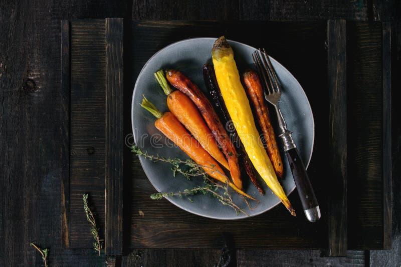 被烘烤的五颜六色的红萝卜 库存照片