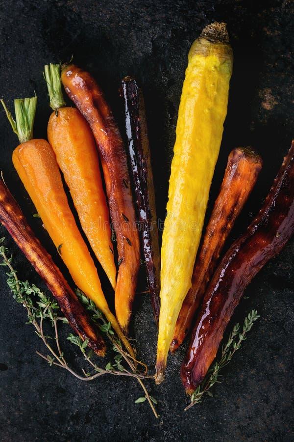 被烘烤的五颜六色的红萝卜 免版税库存图片