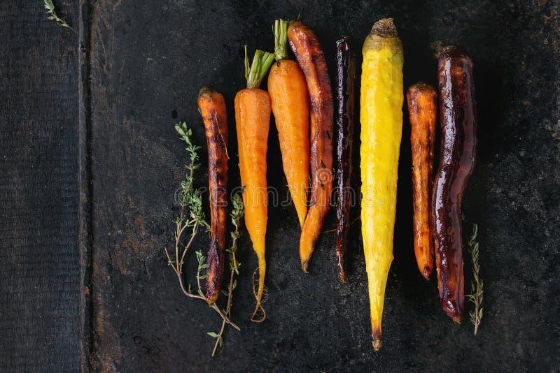 被烘烤的五颜六色的红萝卜 库存图片
