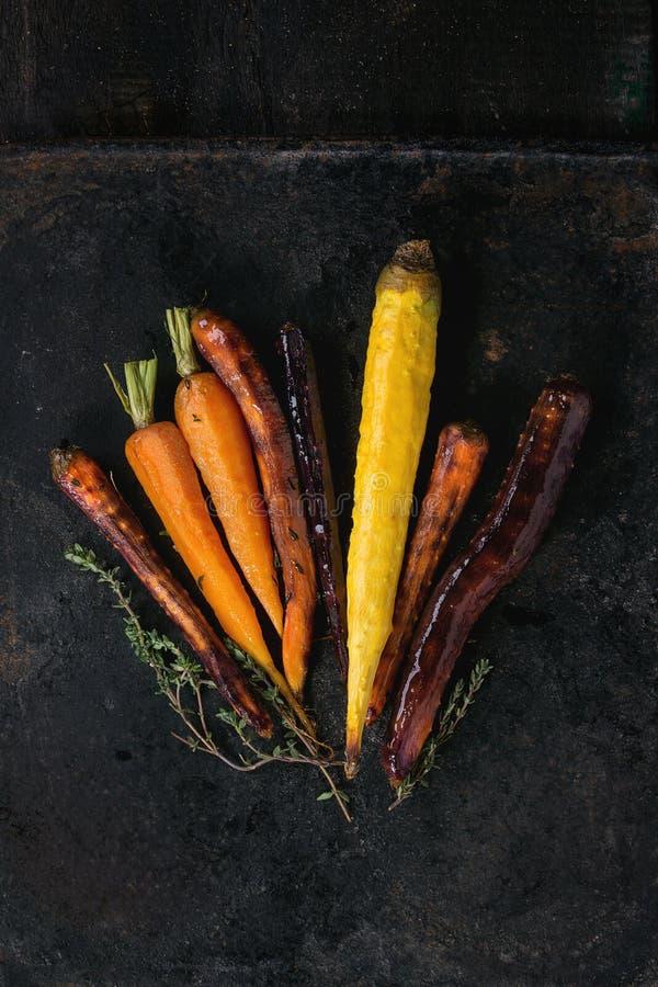 被烘烤的五颜六色的红萝卜 免版税图库摄影