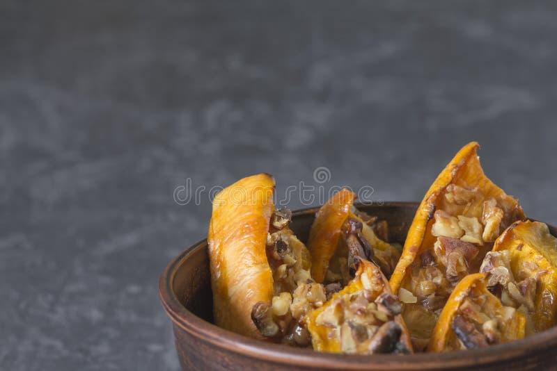 被烘烤的切的南瓜的地道看法用蜂蜜和核桃 库存图片