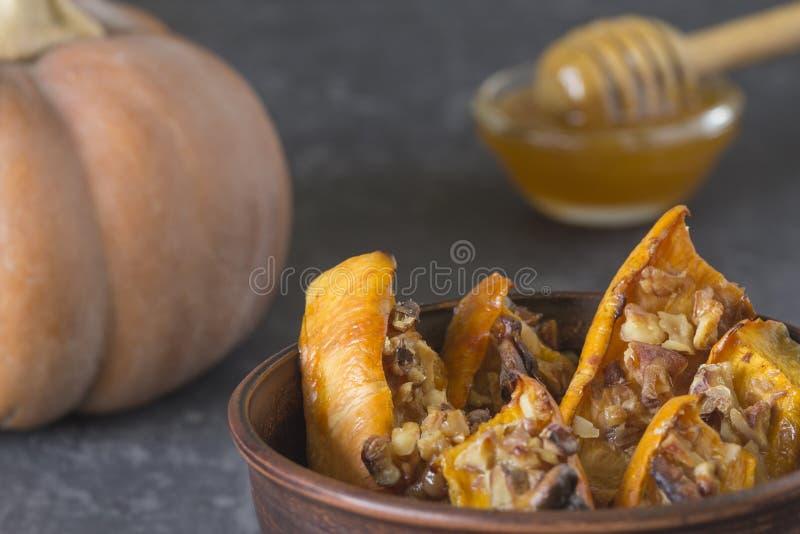 被烘烤的切的南瓜的地道看法用蜂蜜和核桃 免版税库存图片