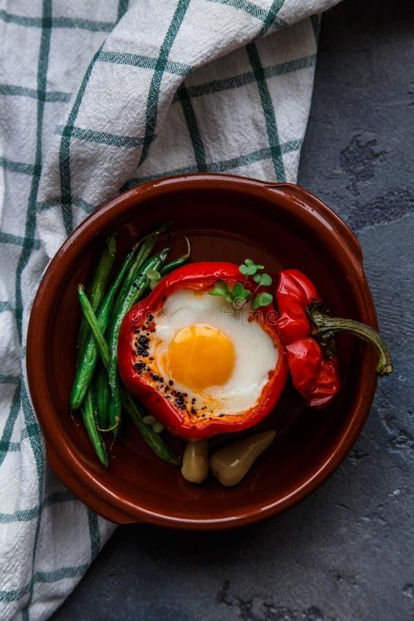 被烘烤的响铃peper一半充塞用鸡蛋和香肠,顶视图 免版税图库摄影