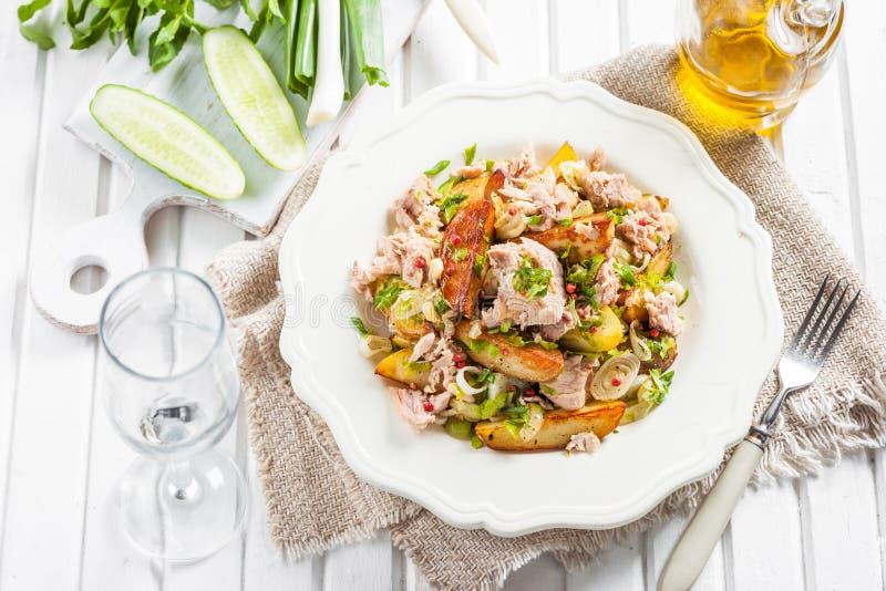 被烘烤的土豆、金枪鱼、葱和荷兰芹沙拉  免版税图库摄影