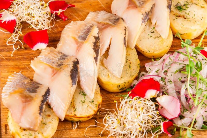 被烘烤的土豆用熏制的鲭鱼 免版税库存照片