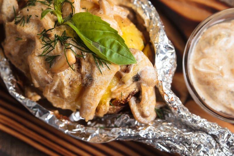 被烘烤的土豆用蘑菇酱油在箔服务 库存图片