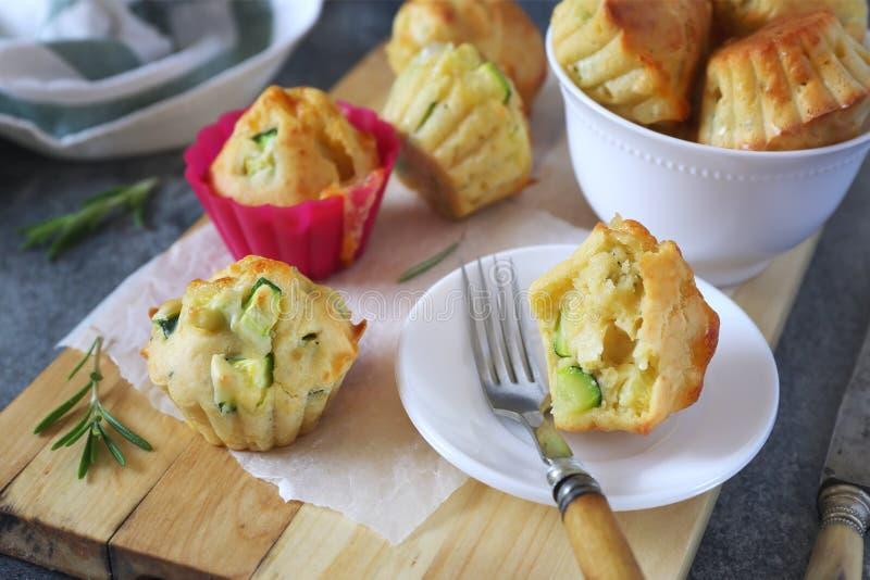 被烘烤的夏南瓜松饼用乳酪和草本 免版税库存图片