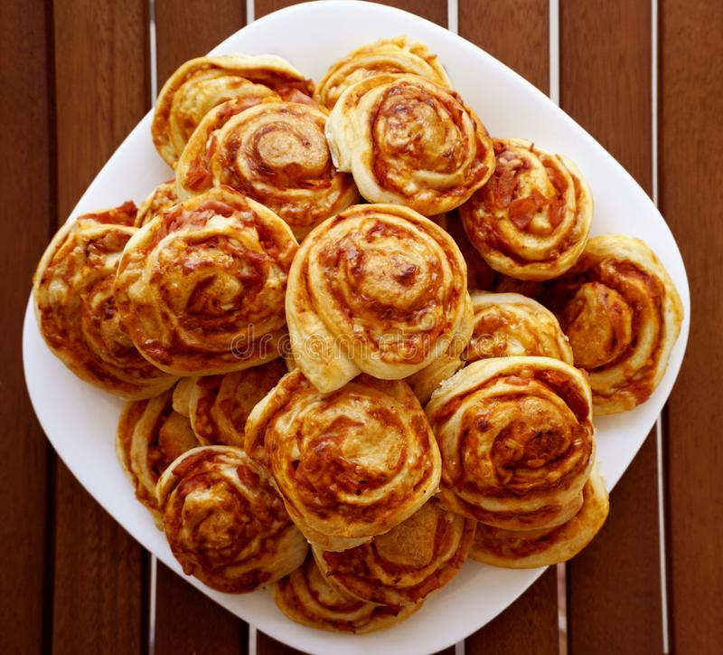 被烘烤的微型饺子pizzete,自创薄饼快餐,做由肉馅饼、乳酪和火腿 库存图片