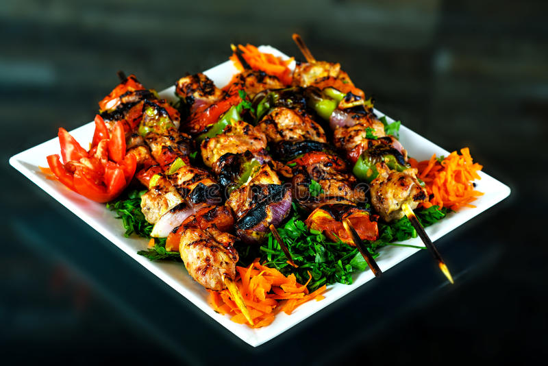 被烘烤的整鸡用桔子和土豆在板材 水平的看法从上面 免版税库存图片