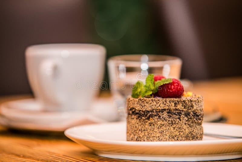 被烘烤的早晨咖啡和可口甜点结块用果子 图库摄影