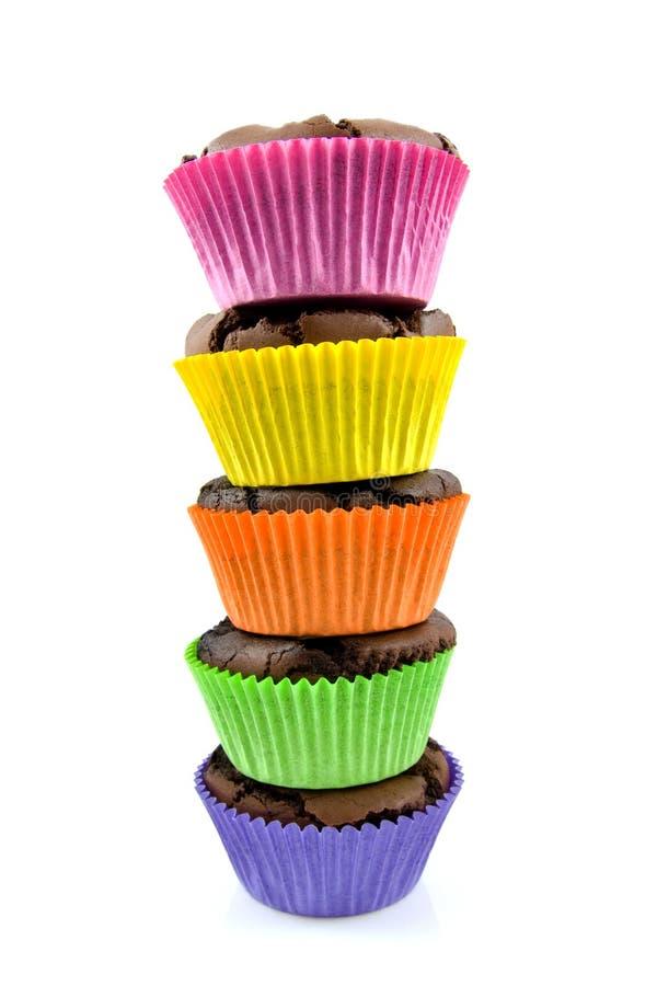 被烘烤的果仁巧克力杯形蛋糕在家栈 免版税库存图片