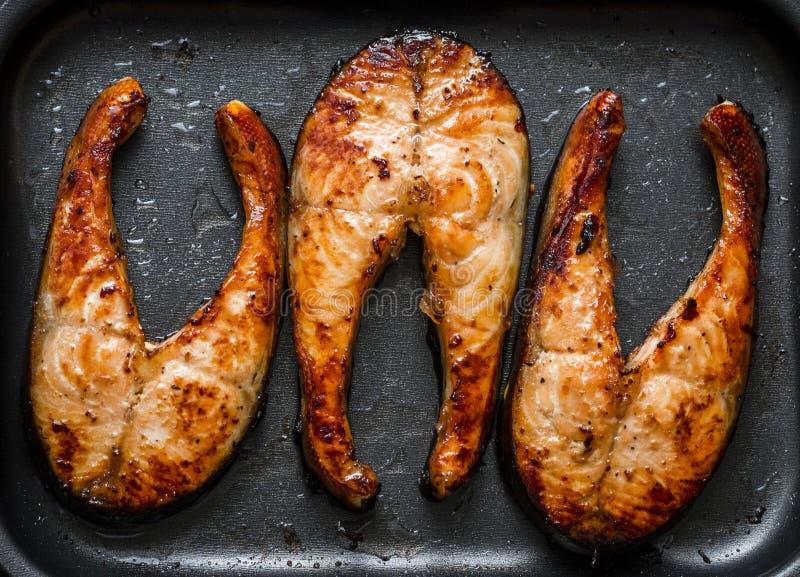被烘烤的橙色釉三文鱼 健康有利油脂概念 库存照片