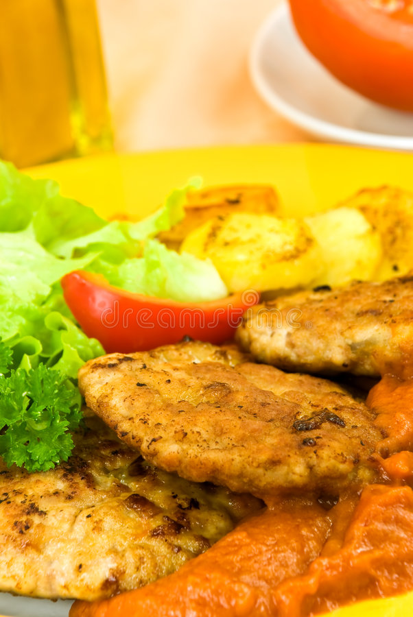 被烘烤的油煎的汉堡包土豆调味蕃茄 免版税库存照片