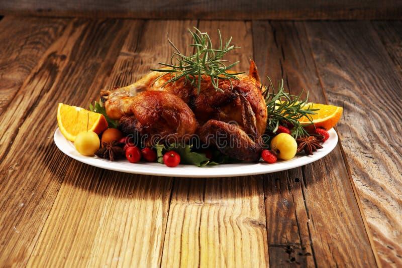 被烘烤的火鸡或鸡 圣诞节桌服务用火鸡,装饰用果子、沙拉和坚果 炸鸡,桌 免版税图库摄影