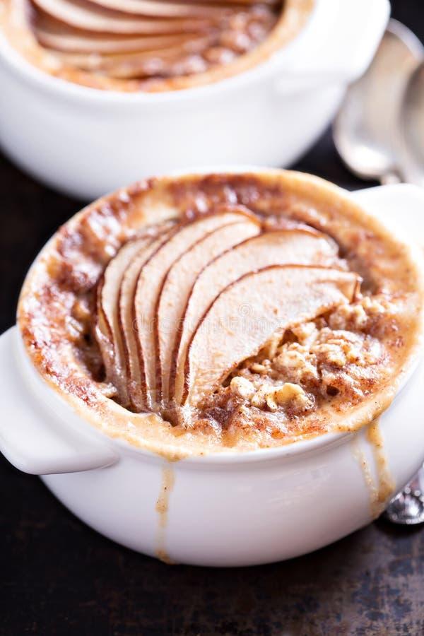 被烘烤的燕麦粥用香料和梨 免版税库存图片
