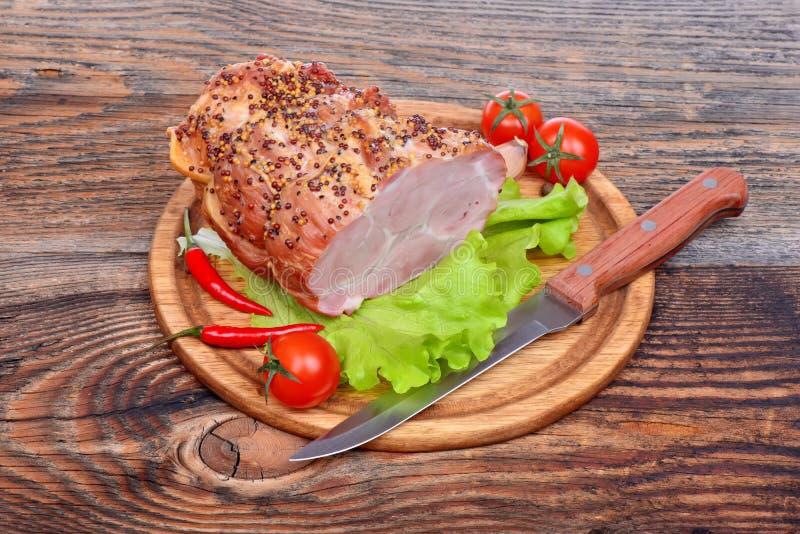 被烘烤的猪肉脖子,蕃茄,胡椒,大蒜 免版税库存照片