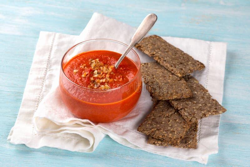 被烘烤的甜椒胡椒垂度用杏仁用自创亚麻平的面包 免版税库存图片