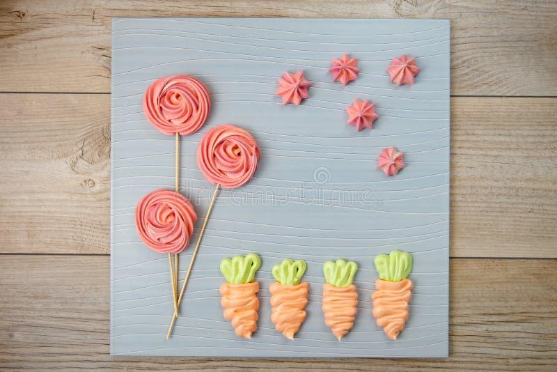 被烘烤的甜点蛋白甜饼 迷人的自创五颜六色的蛋白甜饼 图库摄影