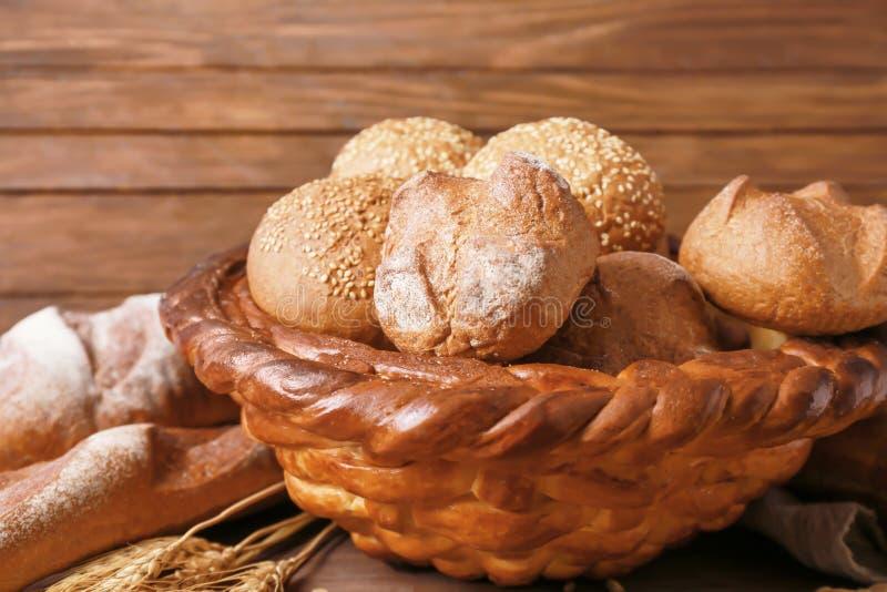 被烘烤的篮子用新鲜的小圆面包 免版税库存照片