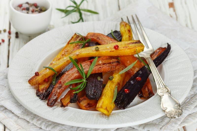 被烘烤的红萝卜用迷迭香、粗糙的海盐和胡椒 免版税图库摄影