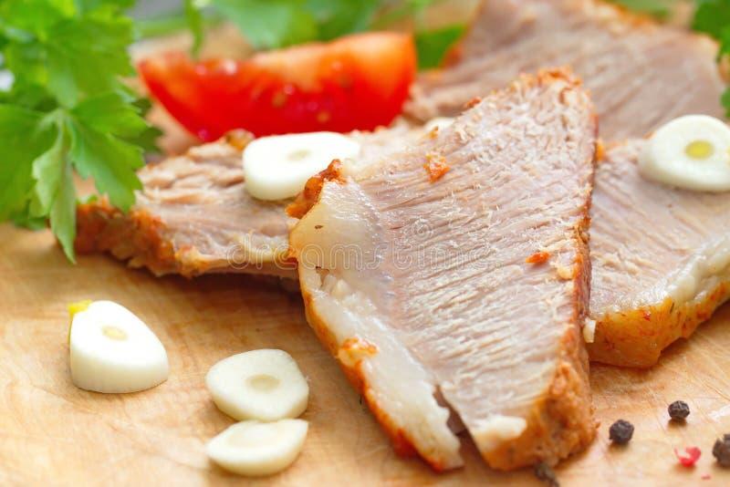 被烘烤的肉和菜 免版税库存照片